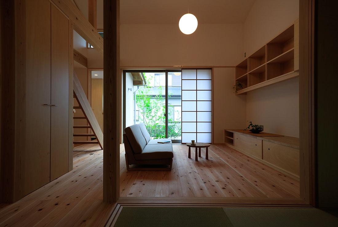 志都呂の家 リビング 斜め天井なりの吹き抜け