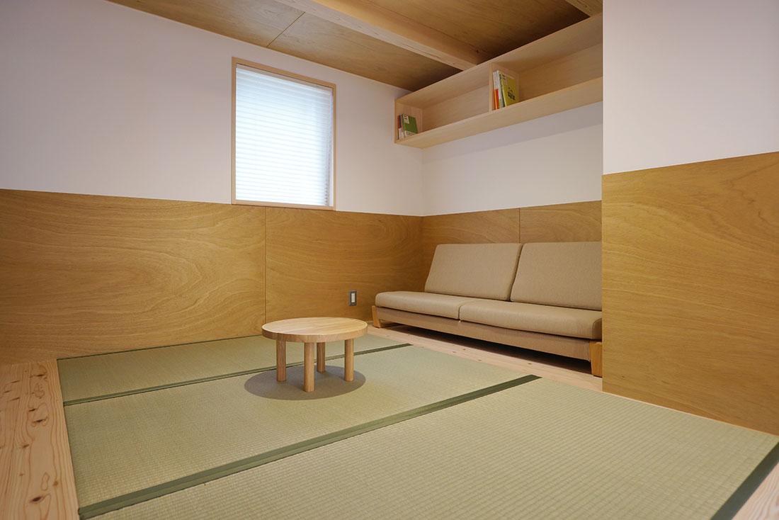 中沢の家 リビングの座面の低いソファ