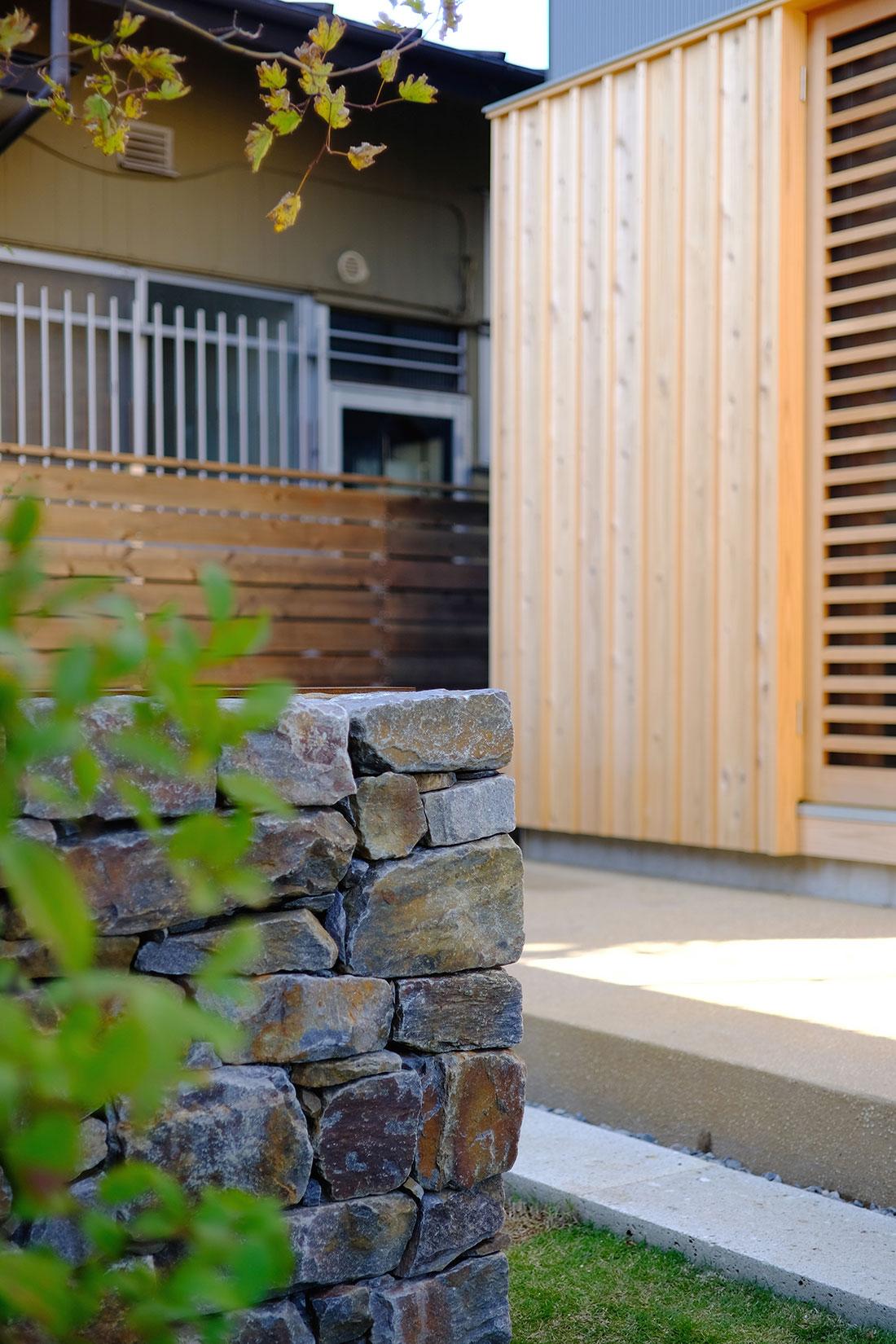 中沢の家 外観 石積みの塀