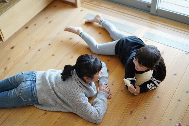 床に寝そべる